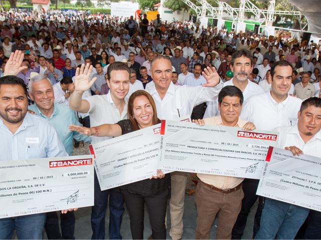 El secretario José Calzada Rovirosa y el gobernador Manuel Velasco Coello entregaron equipo e insumos a pequeños ganaderos de Chiapas.