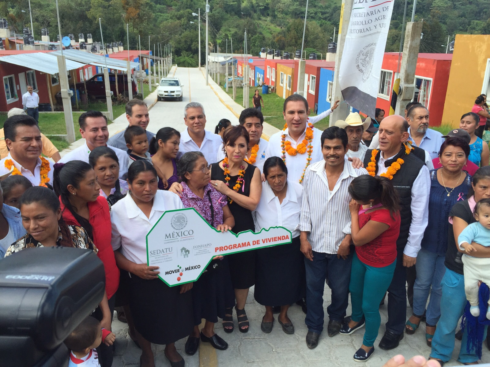 La titular de la SEDATU en gira de trabajo por Puebla verificó acciones de vivienda, entregar llaves de casas nuevas  e inaugurar el Centro de Salud en Tlaola, y supervisó acciones de vivienda en San Andrés Azumiatla.