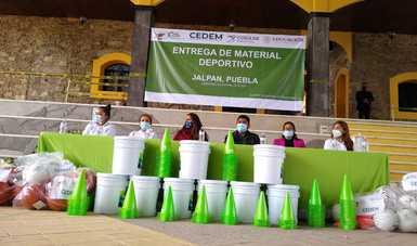entrega de material deportivo en el municipio de Jalpan, Puebla.
