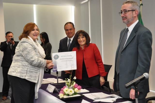 La Abogada General de la Sedesol recibió el reconocimiento, con la representación de la Titular, Rosario Robles Berlanga.