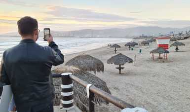 Román Meyer Falcón, secretario de Desarrollo Agrario, Territorial y Urbano, en Playa Hermosa, Ensenada, Baja California, donde se construirá un malecón.