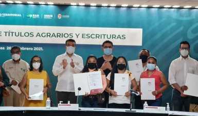 Al centro, Rutilio Escandón, gobernador de Chiapas y Román Meyer Falcón, titular de la Sedatu, en entrega de títulos agrarios y escrituras.