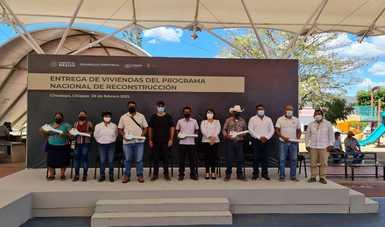 Entrega simbólica de viviendas reconstruidas con el Programa Nacional de Reconstrucción.