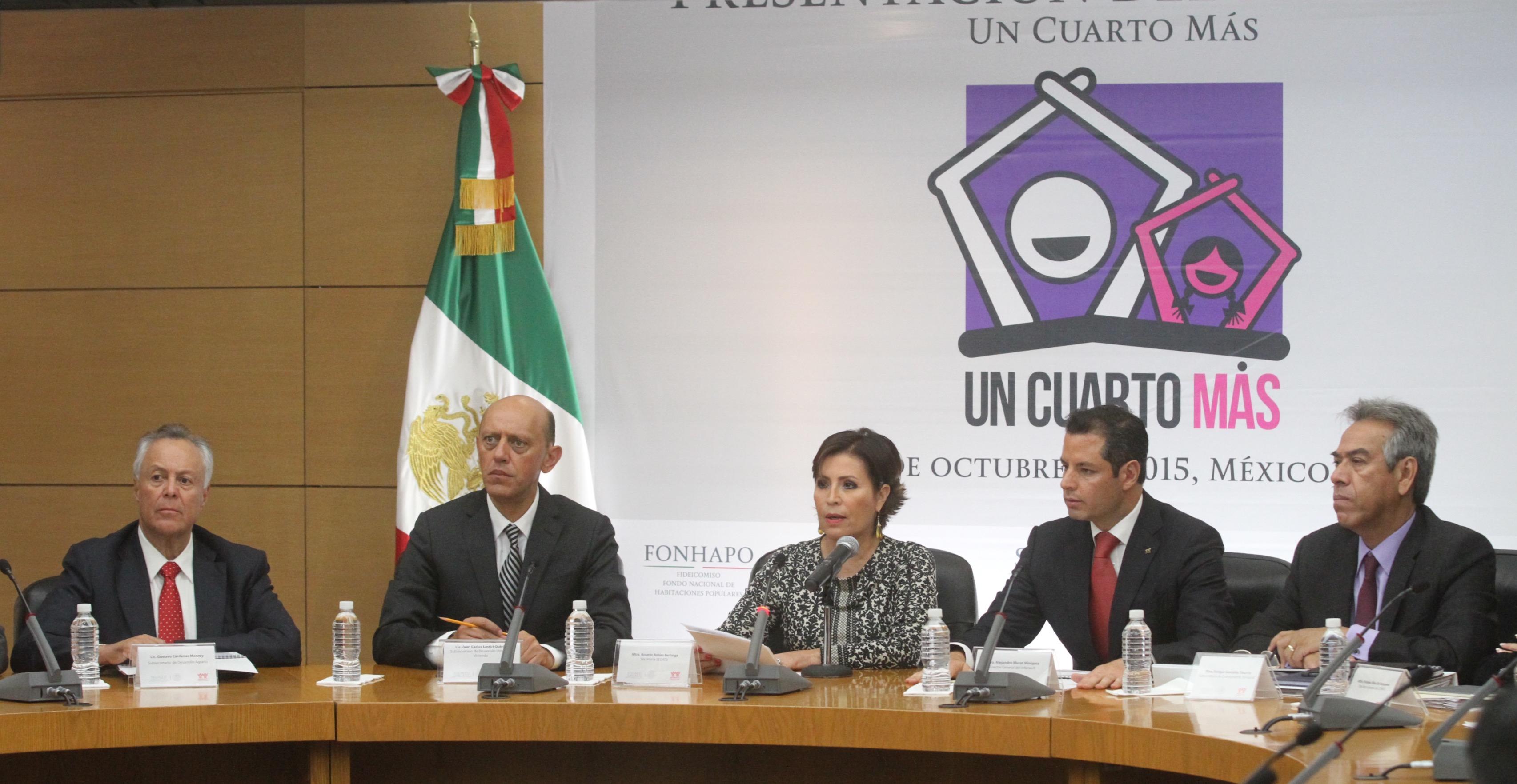 La Titular de SEDATU, Rosario Robles Berlanga, se dirige a los representantes de los medios de comunicación, acompañada de los subsecretarios Juan Carlos Lastiri, de Desarrollo Urbano y Vivienda; y Enrique González Tiburcio, de Ordenamiento Territorial.