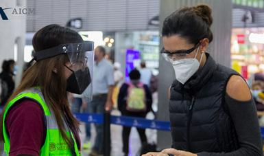 El Aeropuerto Internacional Benito Juárez de la Ciudad de México intensificará la sanitización en salas de espera, pasillos de llegadas y salidas de pasajeros, zonas de comida, oficinas, módulos de información, baños y en área operativa como plataformas.
