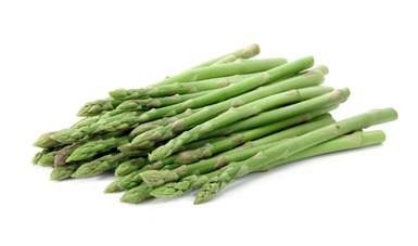 El espárrago contiene proteína vegetal, carbohidratos, fibra; de las vitaminas destacan la C, B3, B1, B2, B6, B9 y A y aportan minerales como potasio, calcio, fósforo, magnesio, sodio, zinc, yodo y selenio.