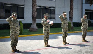 cuatro personas formadas en linea con vestimenta militar camuflaje pixelado.