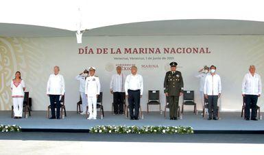 Comandante Supremo de las Fuerzas Armadas, presidió la ceremonia conmemorativa al LXXIX Aniversario del Día de la Marina Nacional, en el puerto de Veracruz, Veracruz.