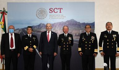 Los titulares de la SCT y SEMAR, en compañía de servidores públicos, llevaron a cabo la firma de la documentación que avala el traspaso oficial de la Coordinación General de Puertos y Marina Mercante.