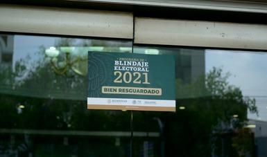 Etiqueta de blindaje electoral 2021, colocada en la puerta del inmueble.