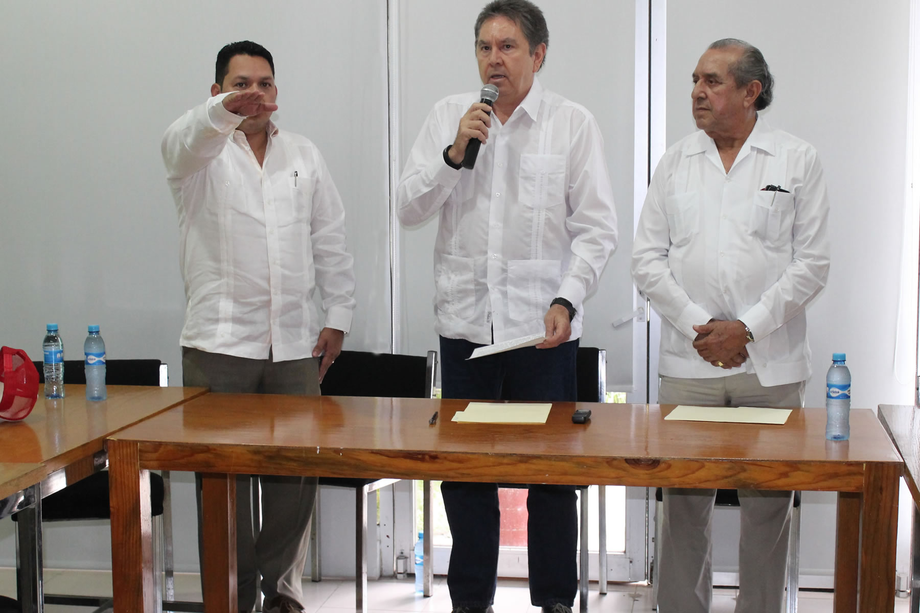 En representación del secretario José Calzada Rovirosa, el coordinador general de Delegaciones tomó protesta al nuevo funcionario.