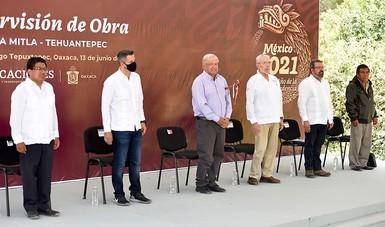 El titular de la SCT, Jorge Arganis Díaz-Leal, afirmó que las vías de comunicación en Oaxaca tienen carácter prioritario, a fin de promover el desarrollo económico de la entidad, por lo que se impulsan 158 obras.