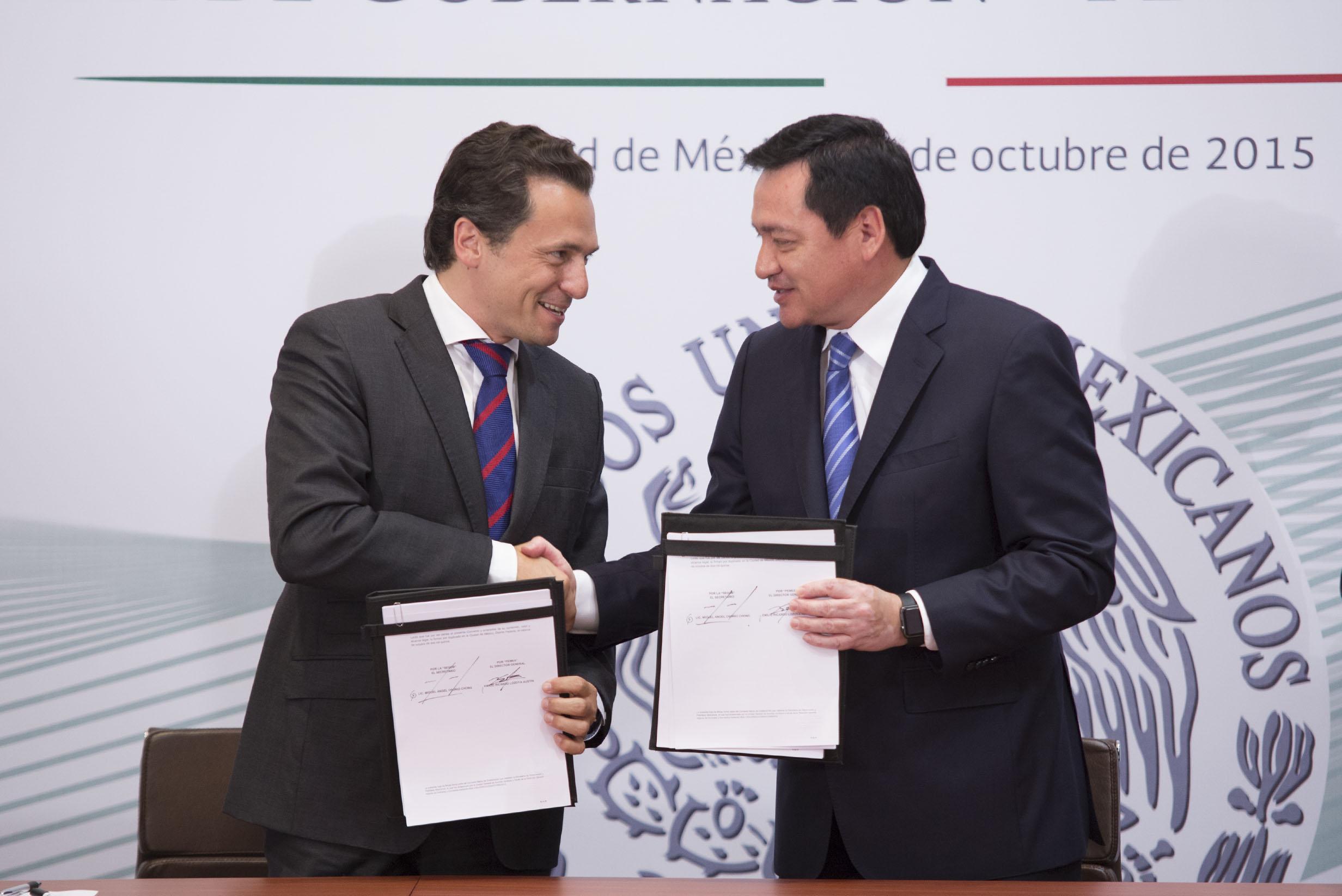 El Director General de Petróleos Mexicanos, Emilio Lozoya Austin y el Secretario de Gobernación Miguel Ángel Osorio Chong en la firma de Convenio de Colaboración en materia de Prevención Social