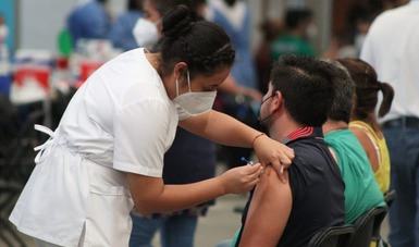 Enfermera aplica vacuna a derechohabiente.