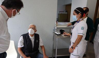 Adulto mayor en atención médica dentro del consultorio.