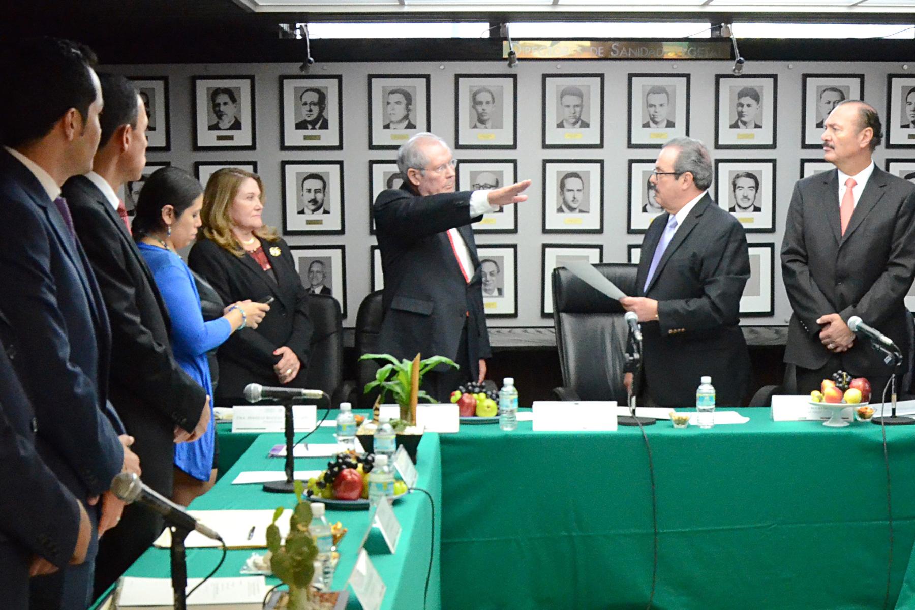El secretario de Agricultura, Ganadería, Desarrollo Rural, Pesca y Alimentación, Enrique Martínez y Martínez, tomó protesta al nuevo director general del Fideicomiso de Riesgo Compartido (FIRCO), Carlos Robles Loustaunau.