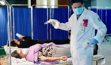 Médico alista bolsa para donación de sangre.