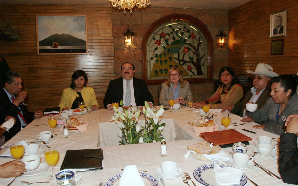 El Secretario de Desarrollo Agrario, Territorial y Urbano (SEDATU), Jorge Carlos Ramírez Marín, con los diputados integrantes de la Junta Directiva de la Comisión de Reforma Agraria.
