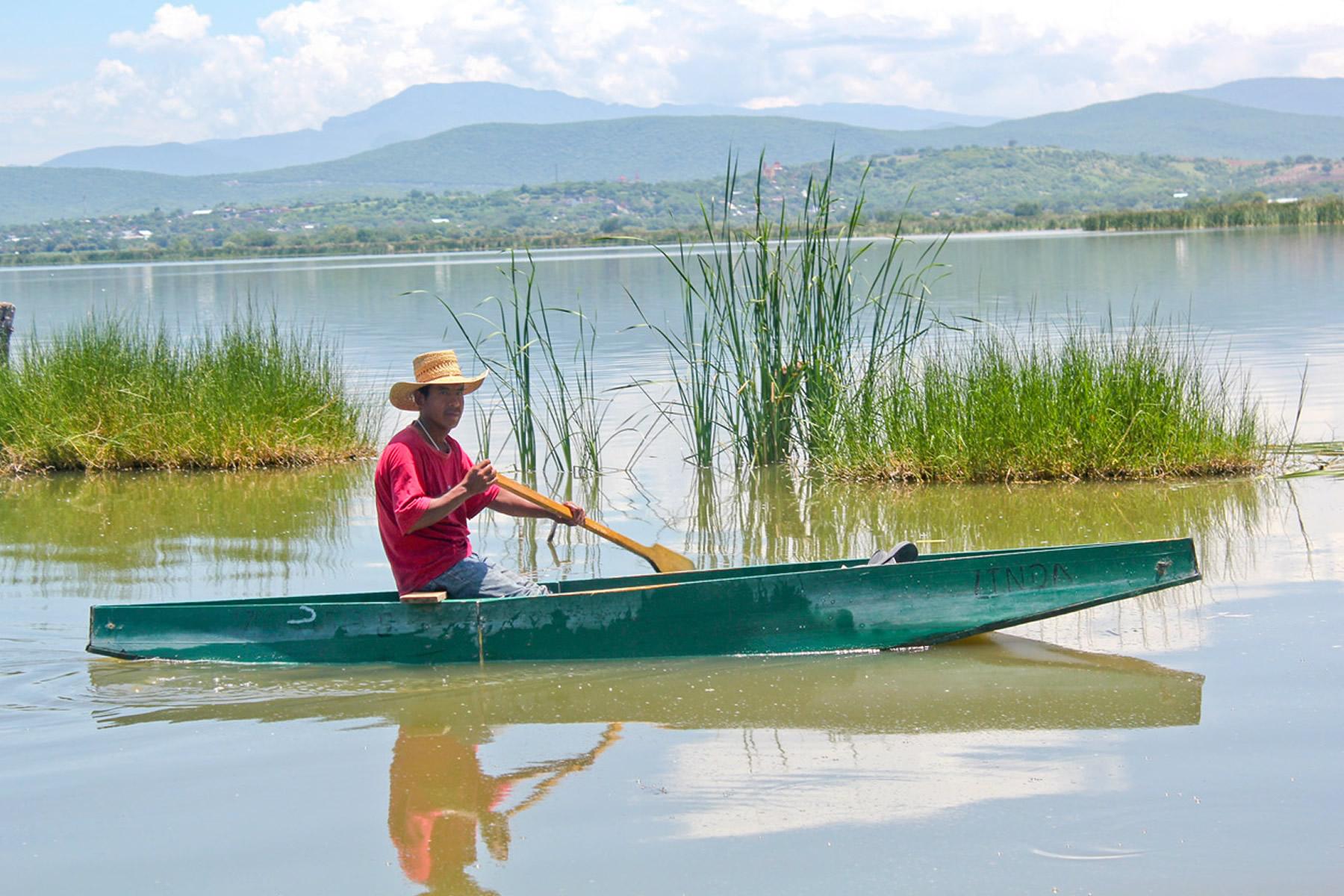 La actividad pesquera desarrollada en aguas continentales incluye la de bagre, carpa, charal, langostino, lobina, mojarra y trucha.
