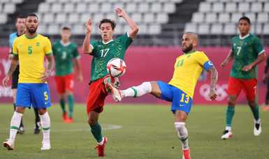 Sebastián Córdova (izq.) y Dani Alves (der.) disputan un balón en la semifinal de Tokio 2020