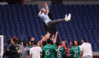 Festejo de la selección mexicana en el que cargan a Jaime Lozano DT del equipo, tras derrotar a Japón en Tokio 2020 y lograr el bronce olímpico. Foto: Selección MX