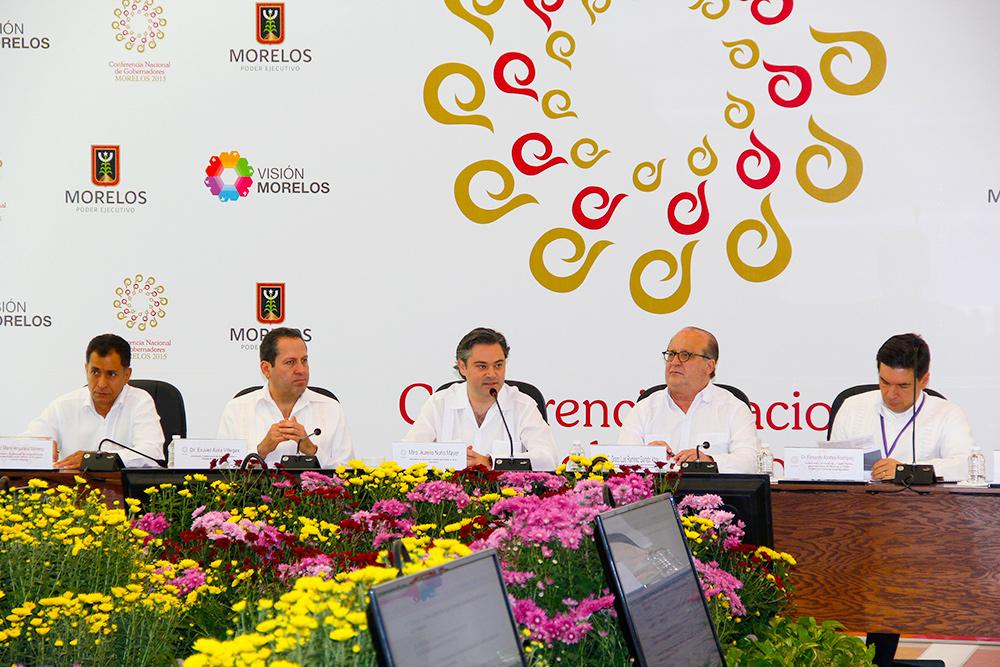 Firman Nuño Mayer y gobernadores acuerdos de impulso a certificados para mejoría de escuelas