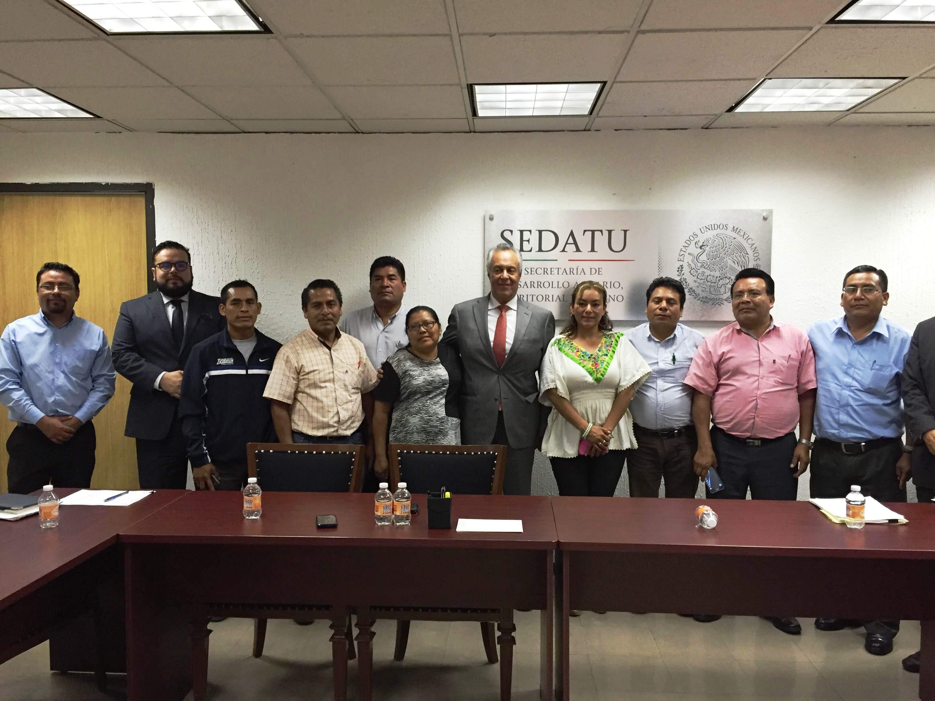 A nombre de la titular de la SEDATU, Rosario Robles Berlanga, el subsecretario de Desarrollo Agrario, Gustavo Cárdenas Monroy, se reunió con alcaldes de la microrregión mixteca del estado de Oaxaca.