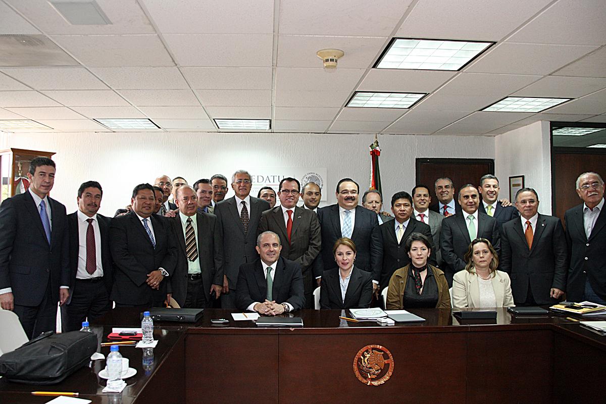 El Secretario de Desarrollo Agrario, Territorial y Urbano (SEDATU), Jorge Carlos Ramírez Marín, con 24 integrantes del Consejo Nacional de Organismos Estatales de Vivienda (Conorevi).