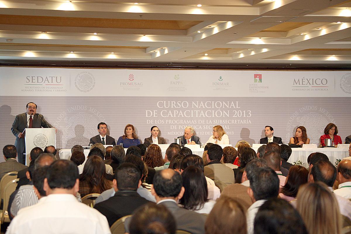 El Secretario de Desarrollo Agrario, Territorial y Urbano, Jorge Carlos Ramírez Marín con los delegados de la dependencia.