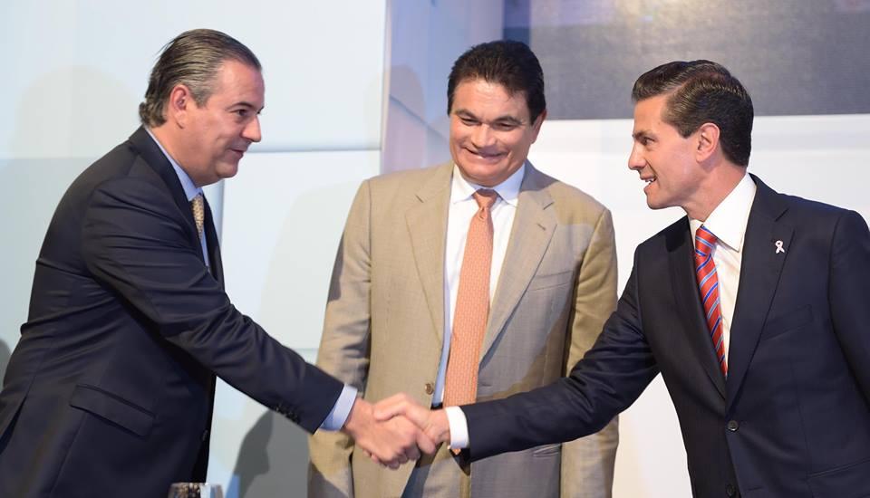 El Presidente Peña Nieto saluda al licenciado Gerardo Gutiérrez Candiani, en la reunión con la comunidad empresarial de México.
