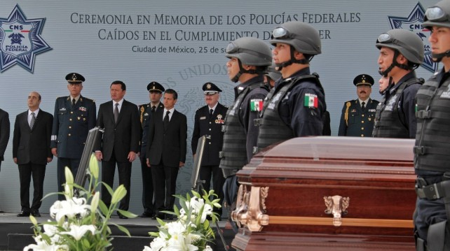 La Institución los mantendrá presentes en la memoria de todos nosotros, de sus familias, de sus compañeros, al inscribir sus nombres con letras de oro en el Monumento del Policía Caído.