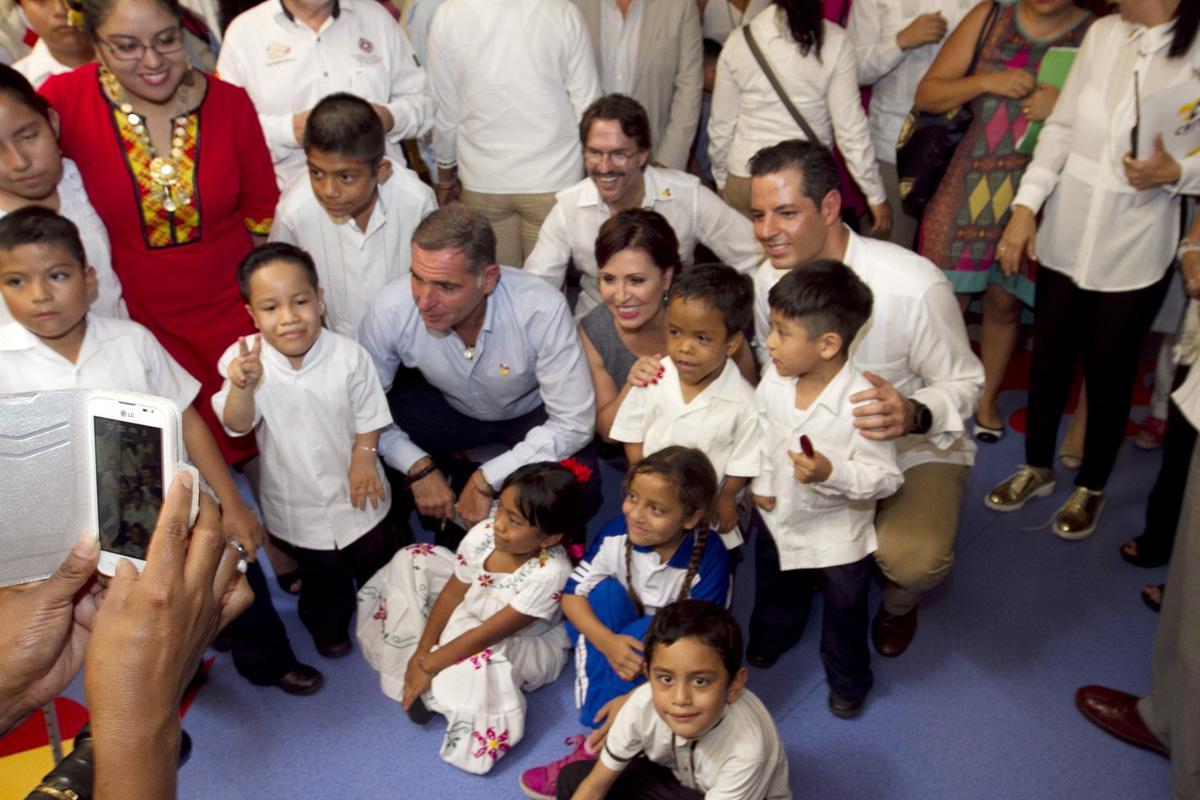 La Titular de SEDATU, Rosario Robles rodeada de niños oaxaqueños.