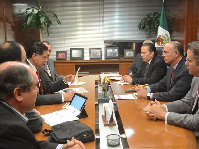 El secretario José calzada Rovirosa sostuvo un encuentro de trabajo con el gobernador Jorge Herrera Caldera.