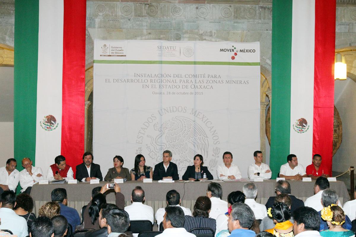 Titular de la SEDATU, Rosario Robles; el Gobernador de Oaxaca, Gabino Cué.