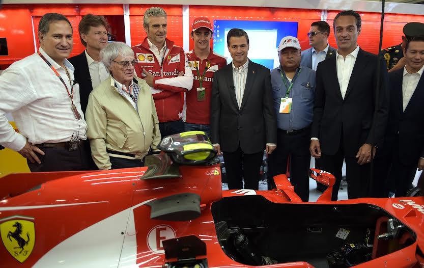 """El Primer Mandatario saludó al tricampeón británico Lewis Hamilton y al piloto mexicano Esteban Gutiérrez, durante el recorrido en el Autódromo """"Hermanos Rodríguez""""."""