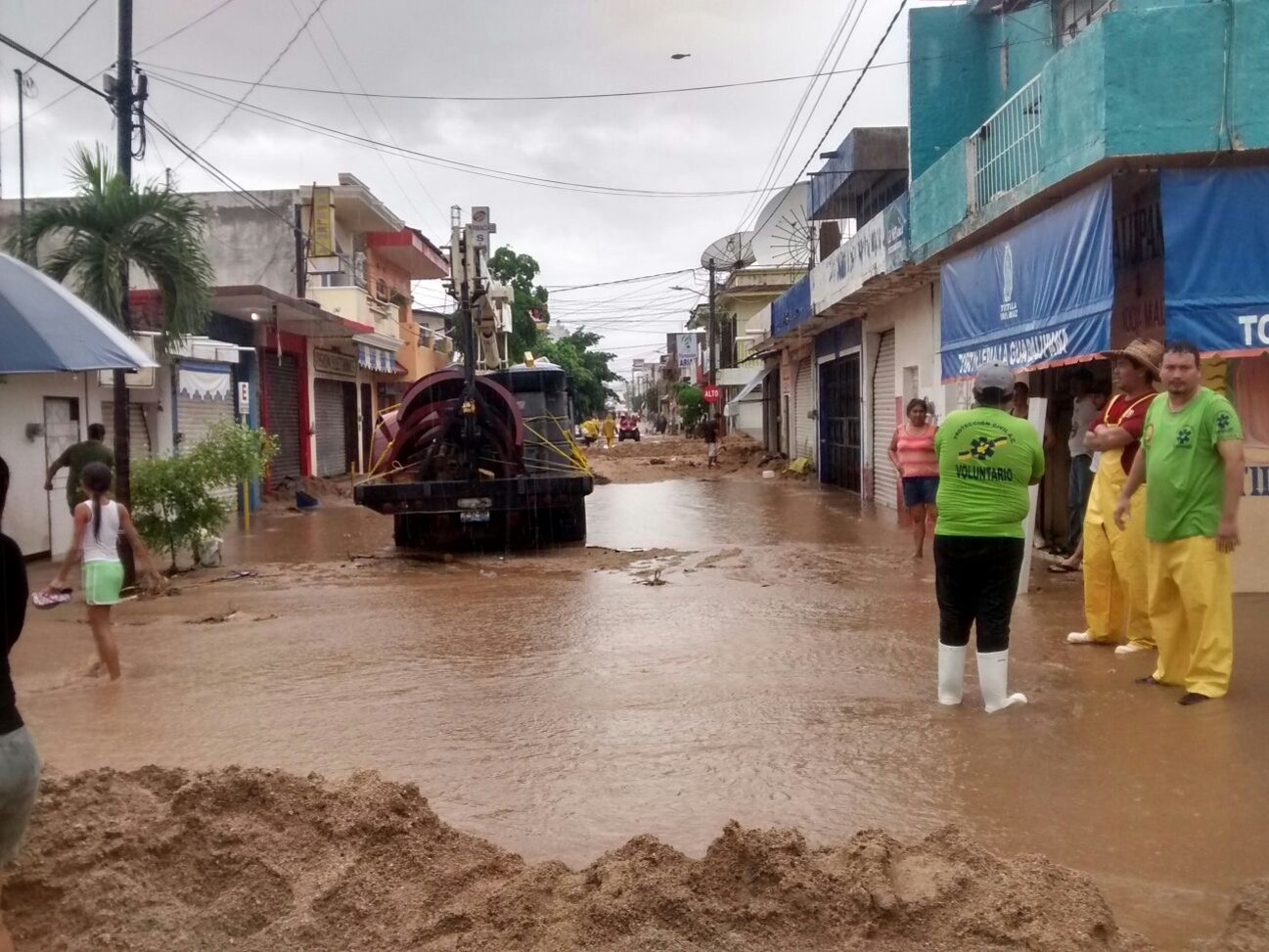 La SCT ayuda a las comunidades afectadas por las intensas lluvias en Jalisco y Colima