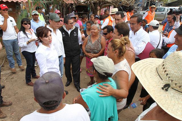 La Titular de SEDATU, Rosario Robles Berlanga conversa con pobladores de la comunidad de El Paraíso, en el municipio de Armería, en Colima; la observa el titular de la Sagarpa, José Calzada Rovirosa.