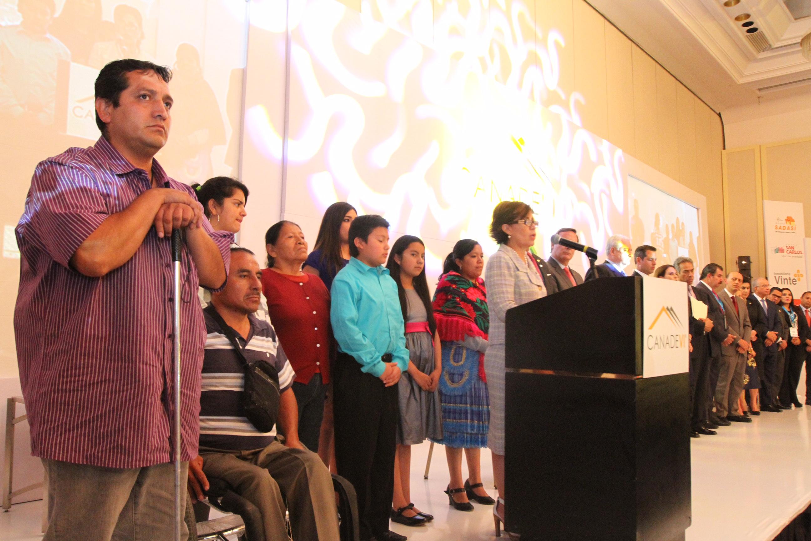 La Titular de SEDATU, Rosario Robles Berlanga acompañada de personas demandantes de vivienda sustentable, segura, incluyente, se dirige a industriales de la construcción de vivienda.