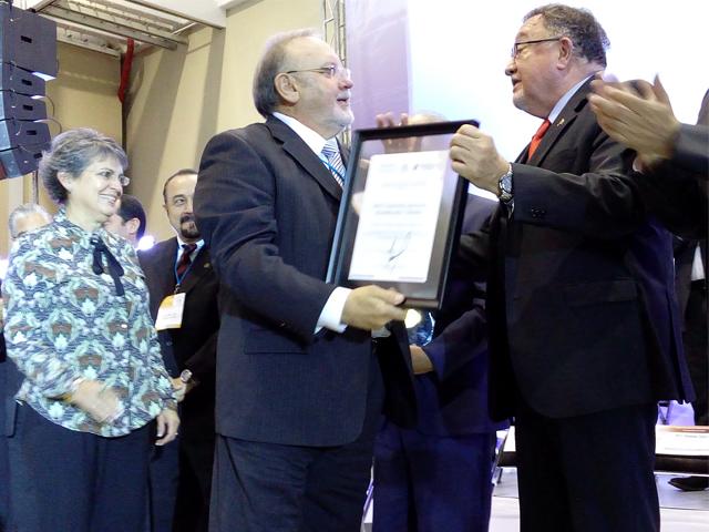 El director en jefe el SENASICA, Enrique Sánchez Cruz, entregó al doctor Gustavo Adolfo Rodríguez y Heres el Premio Nacional de Sanidad Animal 2015.