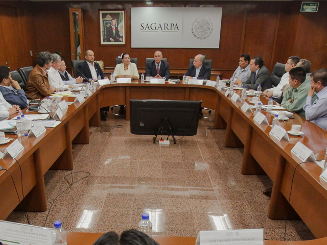 """El secretario José Calzada Rovirosa, y dirigentes de organizaciones campesinas que integran el movimiento """"El campo es de todos"""", sostuvieron una reunión de trabajo."""