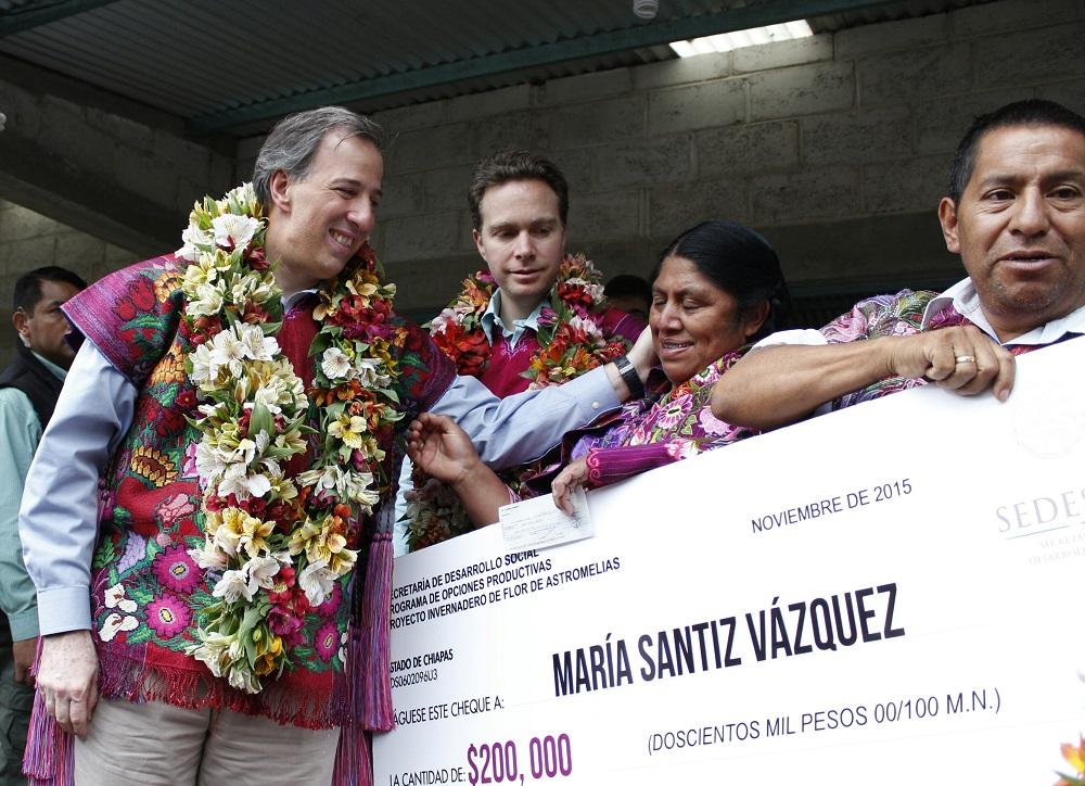 El secretario José Antonio Meade Kuribreña, en su visita, como parte de una gira a Chiapas, a la comunidad de Navenchuac, municipio de Zinacantán