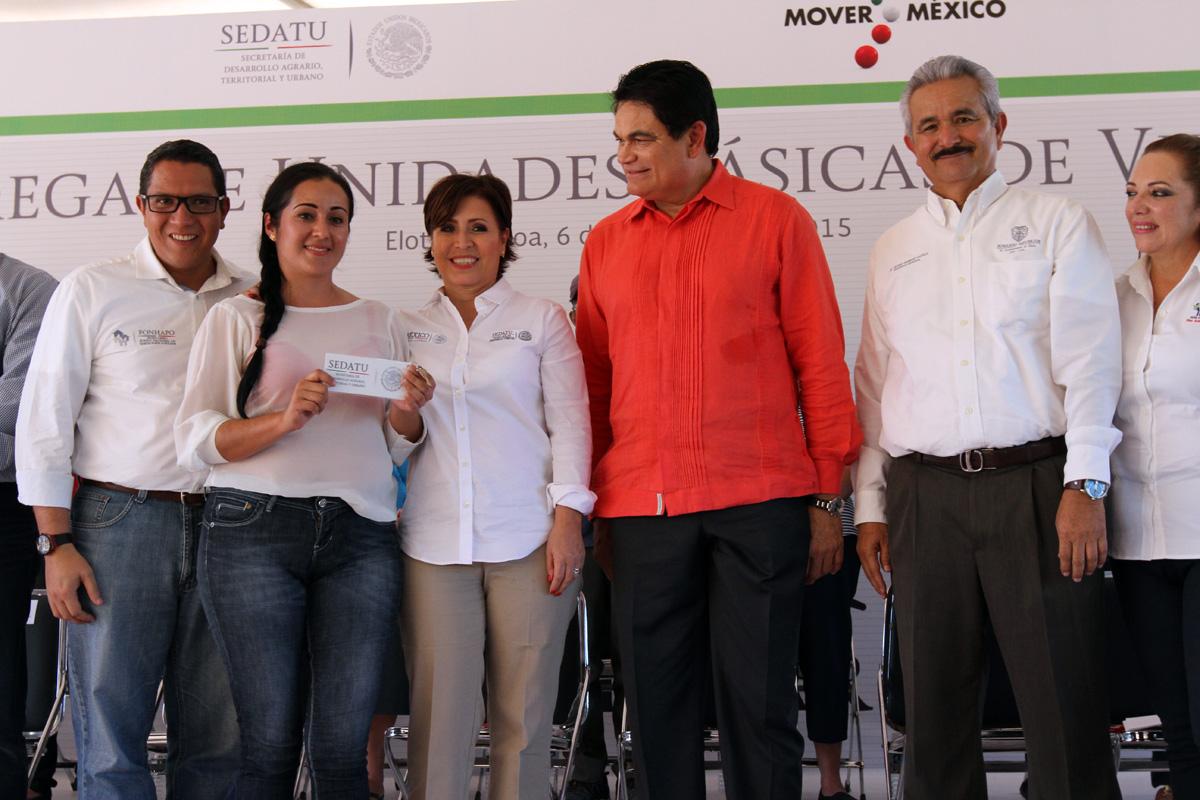 La secretaria de SEDATU, Rosario Robles Berlanga, acompañada por el gobernador Mario López Valdez,  entregó de forma simbólica 84 viviendas a familias beneficiadas.