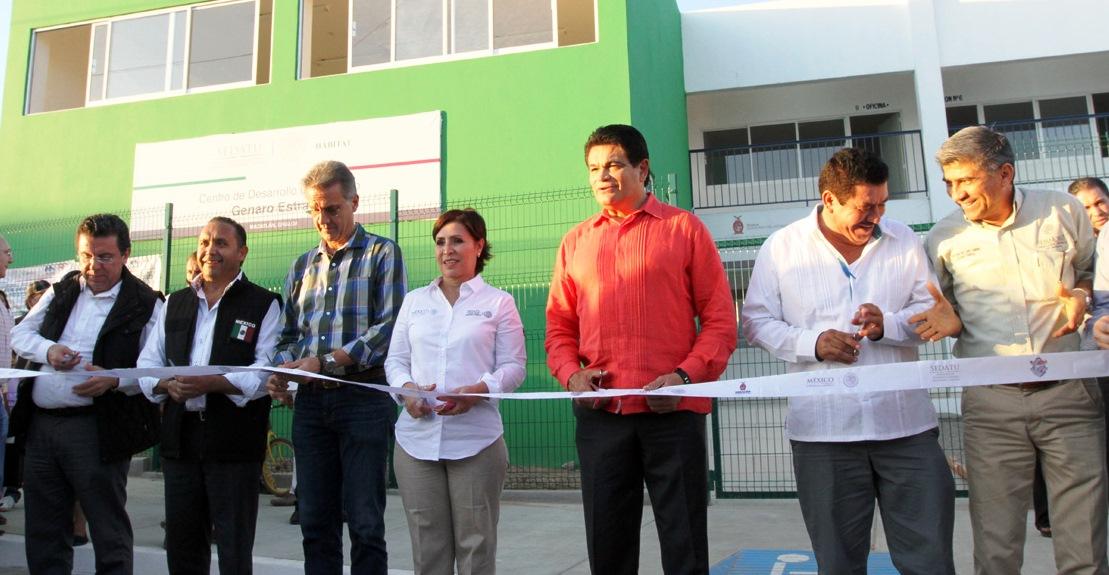 """La secretaria de Desarrollo Agrario, Territorial y Urbano (SEDATU), Rosario Robles Berlanga, al inaugurar el Centro de Desarrollo Comunitario """"Genaro Estrada""""."""