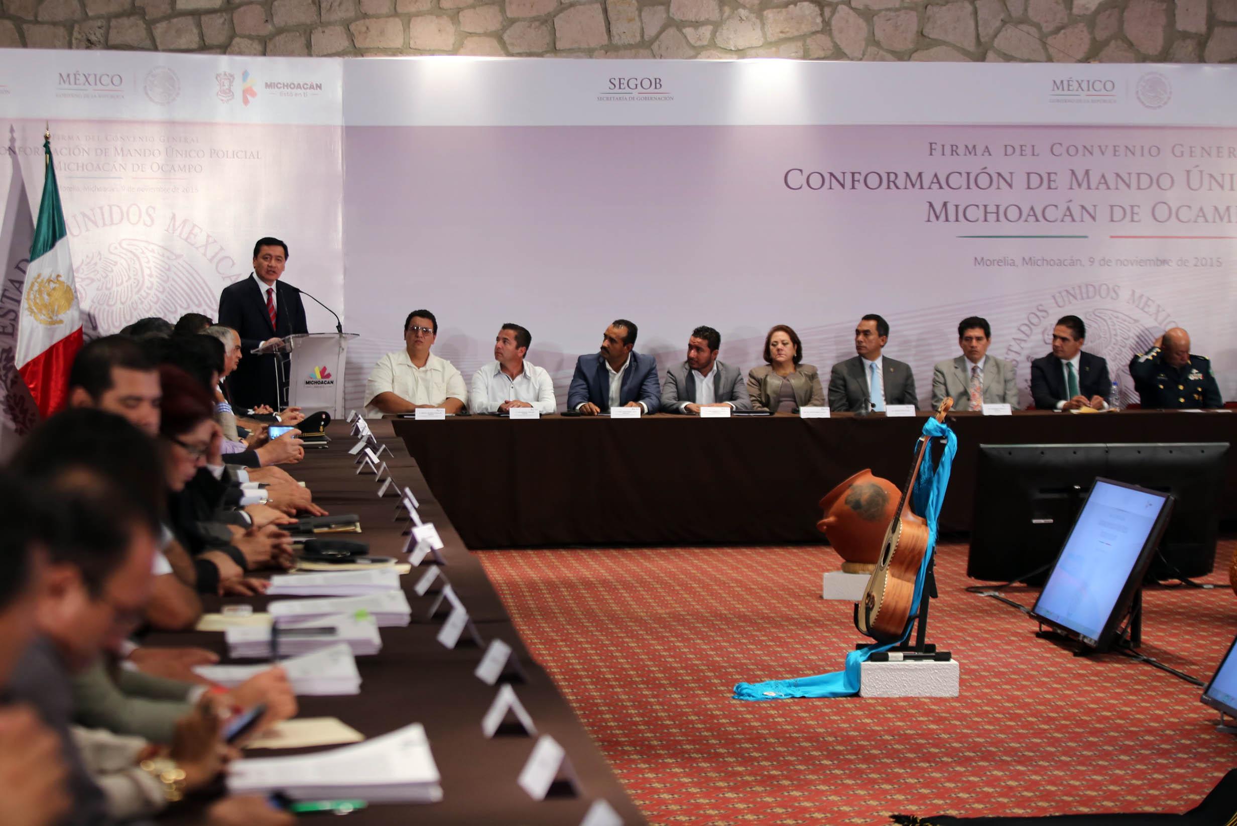 El Secretario de Gobernación, Miguel Ángel Osorio Chong, durante la firma de Convenio General de Conformación del Mando Único Policial