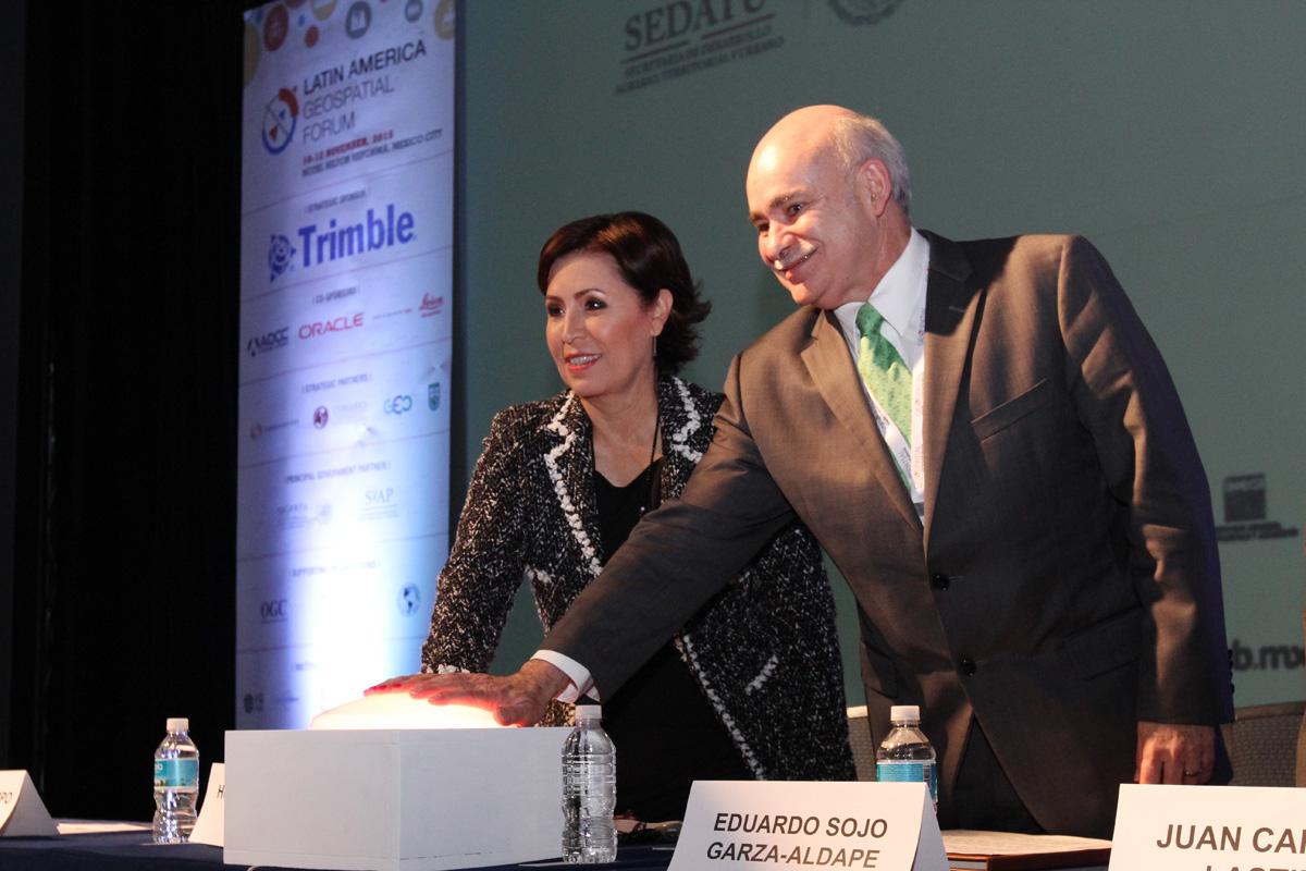 Eduardo Sojo Garza Aldape, Presidente de la Junta de Gobierno del INEGI y Rosario Robles Berlanga, Secretaria de Desarrollo Agrario, Territorial y Urbano (SEDATU), pulsando el botón de inicio.
