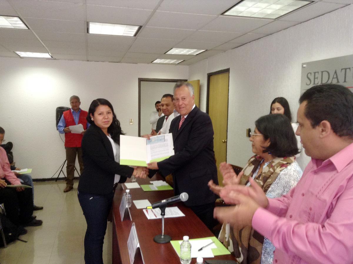 El subsecretario de Desarrollo Agrario de la SEDATU, Gustavo Cárdenas Monroy, al entregar a nombre de la secretaria Rosario Robles Berlanga, apoyos del Programa Fomento al Desarrollo Agrario (FORMAR).