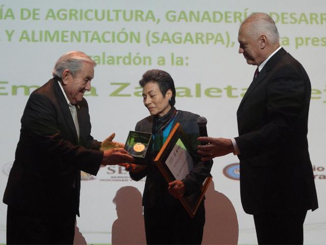 Entrega SAGARPA Premio Nacional de Sanidad Vegetal 2015 a doctora Emma Zavaleta Mejía.