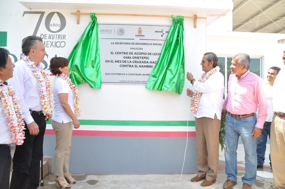 La secretaria de Desarrollo Social, Rosario Robles Berlanga, inauguró el tercer centro de acopio de leche fresca, de diez que se construyen en todo el país