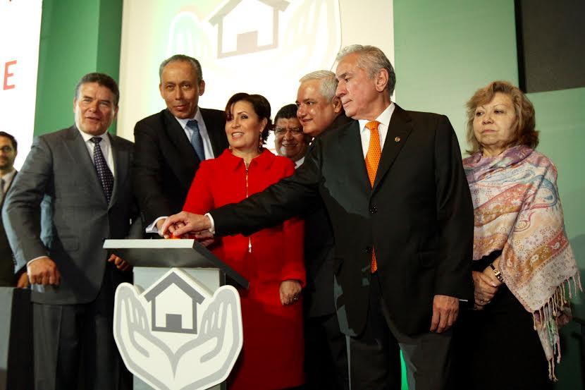 La secretaria de SEDATU, Rosario Robles Berlanga, acompañada por el director general del ISSSTE, José Reyes Baeza, y el vocal ejecutivo del FOVISSSTE, Luis Antonio Godina Herrera, así como de otros funcionarios.