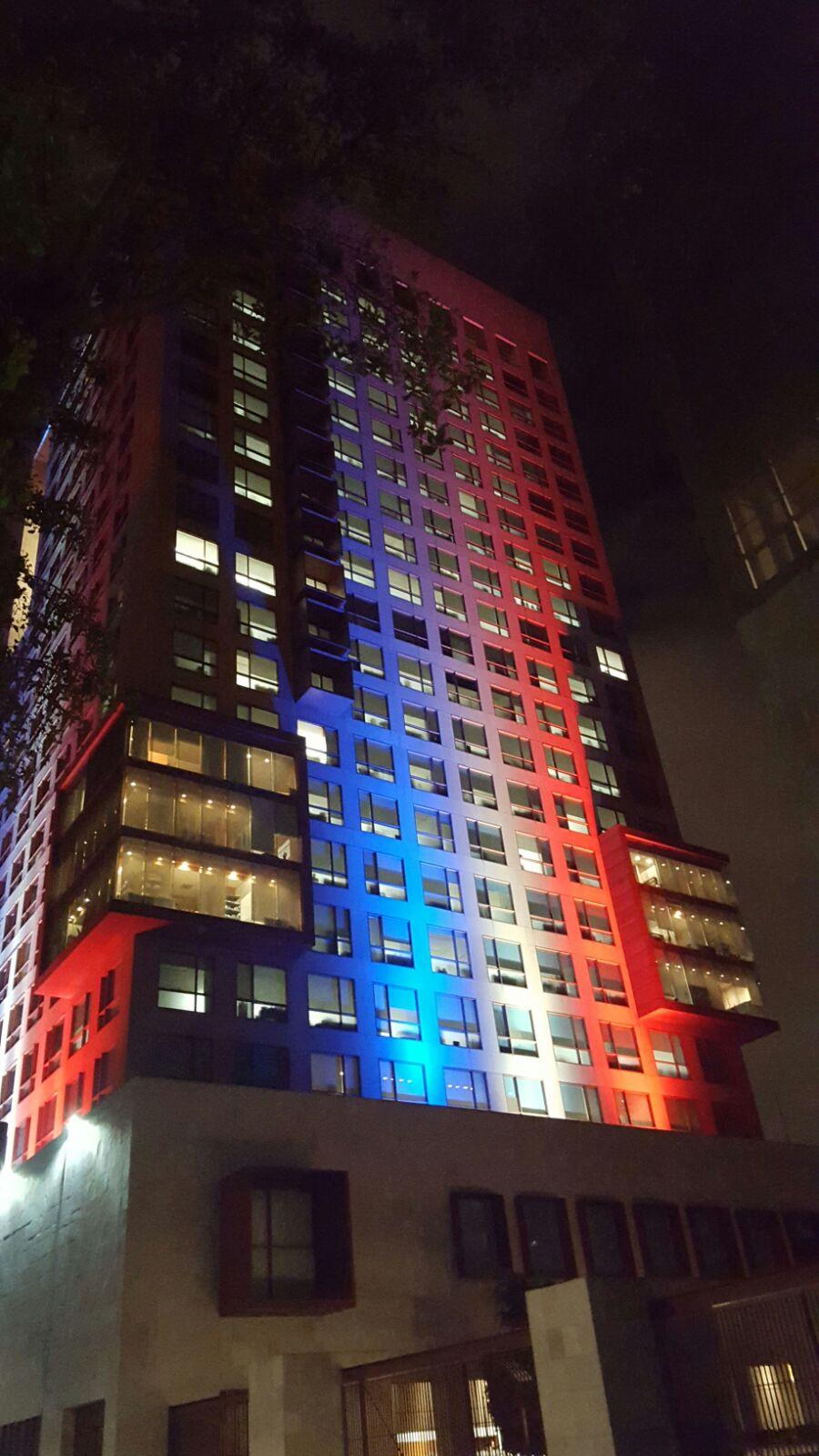 El edificio de la Cancillería se ilumina con los colores de Francia